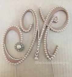 Beau monogramme perle et cristal de Swarovski Wedding Cake Topper Il est disponible dans n'importe quelle lettre que vous avez besoin et avec un choix de polices assorties si vous le souhaitez. Il s'agit d'une lettre 5» «M» dans l'anglais Presto police, avec de la crème