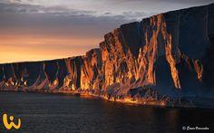 Ein Traum! Klare Luft, Sonnenuntergang und Eiskalt. Diese perfekte Aufnahme ist Erwin Vermeulen in der Antarktis gelungen. Ein unvergessliches Erlebnis mit atemberaubenden Bildern #natur #wasser #antarktis #kalt #warmimherzen #glücklich #leben #tauchen #klippen #wirodive #tauchsafaris #unbeschreiblich #wow #liebedeinleben #erlebnisreisen #sonnenuntergang #colourfullsky #felsen