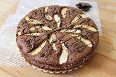 La torta di mele e cioccolato senza glutine è una torta golosa, realizzata con farina di riso, cacao amaro e due mele, si prepara in pochissimo tempo.