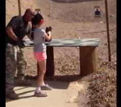 Vídeo mostra menina com arma antes de atirar em instrutor nos EUA http://glo.bo/XSzYCw  #G1 pic.twitter.com/3IhZjgOcOy