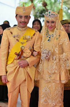 Prince Malik and his bride Dayangku Raabi'atul 'Adawiyyah Pengiran Haji Bolkiah clutches a bouquet of crystal flowers, and sports a breathtaking three-piece jewelry set, with sizable emeralds