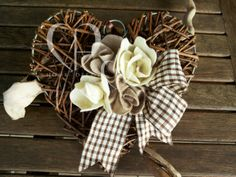 Heart in woven rattan with application of felt flowers in ivory and beige, ginghamribbon ivory and chocolate