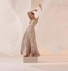 Selena Forrest wears a dreamy dress in DIor spring 2019 campaign Dior Fashion, Fashion Shoot, Editorial Fashion, Pastell Fashion, Backstage, Harley Weir, Conceptual Fashion, Spring Summer, Campaign Fashion