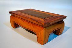 As pessoas que cultivam bonsai usam uma pequena mesa em ocasiões especiais, seja uma exposição ou uma visita de amigos na sua casa, para dei...