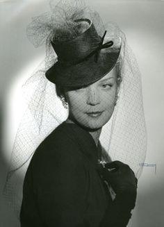 DigitaltMuseum - Porträtt av kvinna i hatt med långt flor fäst på kullen och ett…