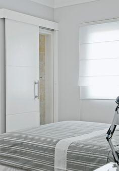 portas de correr ajudam a otimizar o espaço... gosto! :)