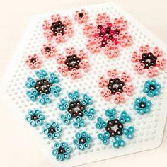 Små, fine blomster - Samling af små, fine blomsterdesigns på en sekskantet perleplade - her vises hvor mange jeg selv fik plads til, men måske kan der være flere i en anden konstellation :-) Hama Beads Coasters, Melted Beads, Pearler Beads, Pattern Art, Pixel Art, Diy And Crafts, Mosaic, Projects To Try, Cross Stitch