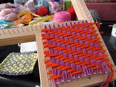 Apúntate a Tejer: Preparando talleres. Weaving Textiles, Weaving Art, Weaving Patterns, Loom Weaving, Loom Knitting Projects, Weaving Projects, Rug Loom, Diy And Crafts, Arts And Crafts