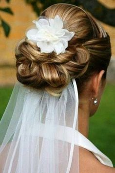 cute bridal hairstyle that goes well with veil #weddinghairstyles