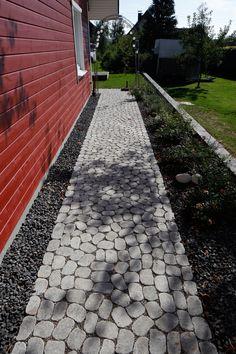 Das ARENA-Pflastersystem verleiht mit seinen organischen Formen Geh- und Gartenwegen, Höfen, Plätzen und Garageneinfahrten einen ganz eigenen, natürlichen Charme. Dabei harmonieren die ungewöhnlichen Pflasterbeläge mit einem historisch geprägten Umfeld, überzeugen aber auch als Gegenpart zu sachlicher Architektur. Wie Gutachten belegen, kann auf den Flächen viel Regenwasser versickern, so dass dieses System die Anforderungen an entsiegelnde Pflaster mehr als erfüllt. Sidewalk, Glamour, Organic Shapes, Paving Stones, Garden Path, Natural Stones, Home And Garden, Side Walkway, Walkway