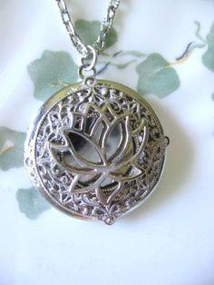 Flor de loto medallón medallón de plata joyas de por CharmedValley