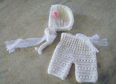 Conjunto confeccionado em crochê em fio antialérgico  Detalhes renda e flor de tecido  Cor - branco  Tamanhos RN/ 1 a 3/ 3 a 6 meses