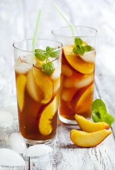Vegan Homemade Iced Peach Tea // Lemon and peach iced teas are really tasty, but store-bought versions tend to have an enormous amount of sugar and artificial stuff in them. Solution? Make your own at home, so you can adjust the ingredients to your liking. | The Green Loot #vegan #summer