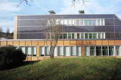 Lucido® und die gabäudeintegrierte PV ePlus® helfen dem Michelberger Gymnasium in Geislingen D, nach der Sanierung jährlich 90'000 Euro an Energiekosten und über 280 Tonnen CO2 einzusparen. Gymnasium, Euro, Multi Story Building, Room, Furniture, Home Decor, Simple, Bedroom, Decoration Home