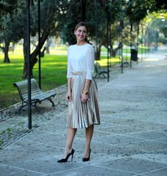 Falda plisada midi dorada y blusa lookiero, chaqueton casaca zara, zapato tacón zara, pelo corto rubio, pixie hair cut, bob corte Pixie Hairstyles, Pixie Haircut, Lace Skirt, Midi Skirt, Look Formal, Zara, Color Dorado, Preppy, Hair Cuts