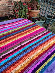 I took advantage of some good natural light on a bright day to photograph my crochet along blanket - its looking so colourful :) Diy Crochet Afghan, Attic 24 Crochet, Crocheted Afghans, Crochet Blankets, Cottage Blankets, Cozy Blankets, Crochet For Beginners, Granny Squares, Easy Projects