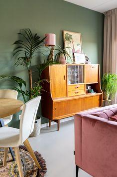 Stylingadvies bij de winnares van de Samsung The Frame QLED tv (+binnenkijken in een kleurrijk vintage interieur) Estilo Interior, Interior Modern, Home Interior, Interior Styling, Piece A Vivre, Style Retro, Home Design, Minimalism, Villa