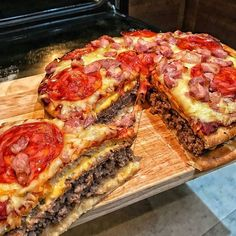 The pizza burger pie via recipes on January 31 2019 at I Love Food, Good Food, Yummy Food, Tasty, Junk Food Snacks, Pizza Burgers, Fingerfood Party, Food Goals, Aesthetic Food