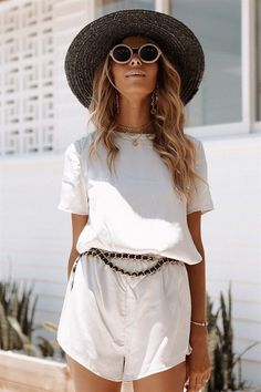 Silky Silver Shorts - Sets by Sabo Skirt Style Outfits, Summer Outfits, Cute Outfits, White Chic, Sabo Skirt, Minimal Fashion, Fashion 2017, Sexy, Fashion Beauty