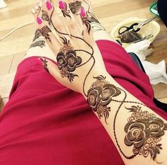 Can you imagine Eid without Mehndi? Mehndi is an important part of Eid for every woman. Khafif Mehndi Design, Floral Henna Designs, Henna Designs Feet, Mehndi Design Pictures, Beautiful Mehndi Design, Mehndi Images, Heena Design, Latest Arabic Mehndi Designs, Mehndi Designs 2018