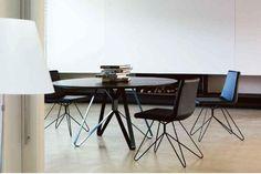 Mesa redonda en negro con único pie central en acero. Ideal para centros de reuniones o salones al estilo industrial.