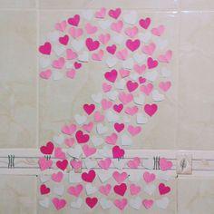 """Esse foi o nosso """"mural"""". Cortei cada coração e colei formando o número 2. Achei muito fofo e é uma ideia que serve até mesmo para festas :) . . . . . #inlove #criatividade #valentine #mylove #biasanttosz #mimo #criar #arteemfoco #love #romantic #romanticos #namoradacriativa #namorados #heart #amor #surpresa #surprise #supernamorada #EuQueFiz #diy #casal #mural #corações #paper #blognamoradacriativa #surpresacriativa #2anos"""