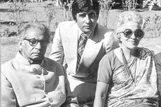 Amitabh Bachchan in a rare pic with his family #Bollywood #amitabh #movie pic.twitter.com/tgiSNPEN6S