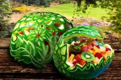 Carving watermelon fruit basket which is very amazing and this watermelon art food decoration will blow your mind to say what an amazing art of food. L'art Du Fruit, Watermelon Fruit Bowls, Watermelon Basket, Watermelon Carving, Fruit Art, Carved Watermelon, Watermelon Flower, Fresh Fruit, Watermelon Designs
