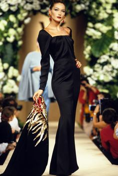 Carla Bruni Sarkozy walks on the catwalks at YSL High Fashion Show Fall/Winter during the fashion week 1995 in Paris, France. Get premium, high resolution news photos at Getty Images Foto Fashion, Fashion History, 90s Fashion, Runway Fashion, Fashion Models, High Fashion, Fashion Show, Vintage Fashion, Fashion Tips