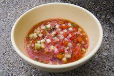 No conozco gazpacho, pero me gusta probarlo. Gazpacho tiene tomate, pepino, rojo y pimientos rojos y  verde, cebolla,ajo,  pan duro remojado, perejil fresco, aceite de oliva, vinagre, agua y sal.  Gazpacho es de España.