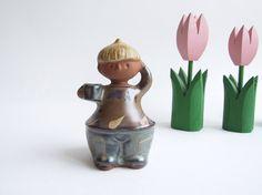 Escandinavo retro figurín chico con mug // por tiendanordica