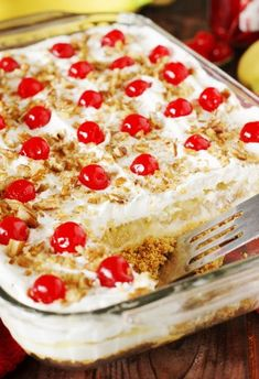 Easy No Bake Banana Split Dessert Recipe This creamy Banana Split dessert is a family favorite! Delicious, rich and creamy, with all the ingredients you love in a banana split . - Lazy Girl:Easy No Bake Banana Split Dessert Recipe No Bake Desserts, Easy Desserts, Summer Dessert Recipes, Pineapple Dessert Recipes, Dinner Recipes, Baking Desserts, Strawberry Recipes, Health Desserts, Frozen Strawberry Desserts