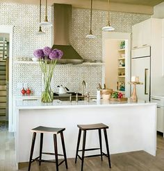 When discovering eclectic kitchen ideas, there are several aspects to consider. Check these Beautiful 25 Eclectic Kitchen Design Ideas. Eclectic Kitchen, Kitchen Interior, Kitchen Furniture, Modern Interior, Tropical Kitchen, Sweet Home, Kitchen Wall Tiles, Kitchen Backsplash, Splashback Tiles