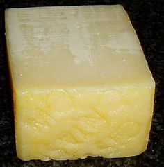 MONTASIO is een Italiaanse kaas en dankt zijn naam aan de Jôf di Montasio, een berg in het noordoosten van Italië. De kaas wordt gemaakt van koemelk in de vorm van platte wagenwielen en heeft een gladde korst. Montasio moet minimaal 60 dagen rijpen. Kaas van 60 tot 120 dagen oud wordt verkocht als Fresco (jong). Van 5 tot 10 maanden oud wordt het Mezzano (belegen) genoemd en gebruikt als milde dessertkaas. De Vecchio of Stagionato (oude kaas) is 10 maanden of ouder.