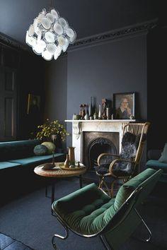 Вдохновение: темные интерьеры | Home and Interiors Вдохновение: темные интерьеры | Home and Interiors, стильные детали, темный интерьер, камин, золото, мягкая мебельб кресло, @COVET LOUNGE