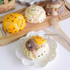 A sneak of the various melon-pan (メロンパン) breads that I have been baking. Once I got started, I can& stop m… Japanese Bread, Japanese Sweets, Japanese Food, Kawaii Bento, Cute Bento, Cute Food, Good Food, Yummy Food, Cute Cakes