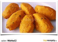Dýni oloupeme, nakrájíme na menší kousky a spolu s cibulí i česnekem rozmixujeme. Přidáme vejce a postupně přisypáváme mouku. Mouku přidáváme... Sweet Potato, Potatoes, Baking, Vegetables, Food, Mishka, Potato, Bakken, Essen