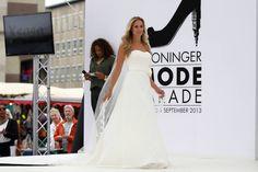Xsasa Bruidsmode showt de nieuwste collectie trouwjurken - Groninger Modeparade 1 september 2013 op de Grote Markt