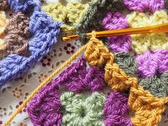 Detailed photo tutorial on how to crochet a granny square for absolute beginners. Crochet Squares, Crochet Granny, Easy Crochet, Granny Squares, Crochet Chart, Crochet Patterns, Granny Square Tutorial, Elephant Baby Blanket, Photo Tutorial
