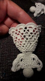 5 láncszemes körrel kezdem a fejét. - New Ideas Crochet Christmas Decorations, Christmas Crochet Patterns, Crochet Ornaments, Crochet Snowflakes, Crochet Angel Pattern, Crochet Angels, Crochet Motifs, Crochet Dolls, Beau Crochet