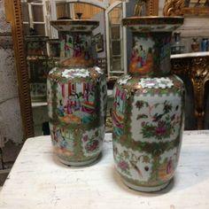 paire de vases balustres à col évasé en porcelaine à décor polychrome Canton XIX