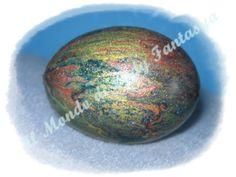 Guscio di gallina colorato con colori metallici marmorizzati