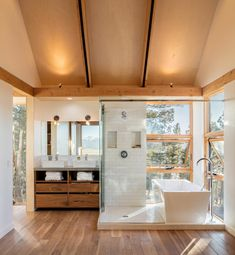 Renée del Gaudio Architecture have designed a modern cabin in Fairplay, Colorado, that sits atop a rocky cliff at feet. Colorado Cabins, Open Bathroom, Compact Bathroom, Cabin Bathrooms, Dream Bathrooms, Glass Cube, Wooden Cabins, Rustic Cabins, Little Cabin