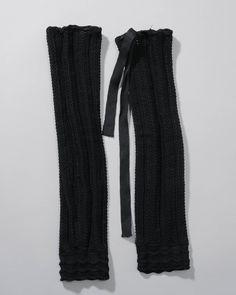 Labedissen van zwarte wol, gebreid in een veerpatroon met aan de bovenzijde zwarte linten door ingebreide gaatjes gehaald. #Axel