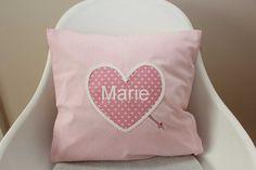 Dieser Kissenbezug (40 x 40 cm) wird demnächst die kleine Marie erfreuen. www.karobluemchen.blogspot.de