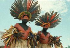 The funerary ritual of the Bororo (State of Mato Grosso) is a special moment of socialization for the young. Not only because many of them are formally initiated then, but also because it is through their participation in the collective chants, dances and hunting and fishing expeditions that they have the opportunity of learning and grasping the wealth of their culture.