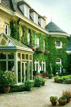 57 Excellent Exterior Home Design Ideas For Your Dream Home. The exterior part of your house is as important as the interior. When people first look at your house, it is the exterior part that they wi. Future House, My House, House Goals, My Dream Home, Dream Homes, Curb Appeal, Exterior Design, Exterior Paint, Beautiful Homes