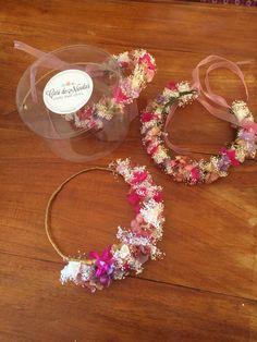 Corona de flores preservadas para una novia y sus damitas haciendo juego #carideNicolasTocados www.caridenicolas.com
