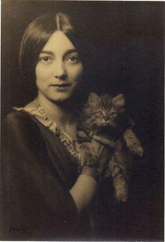 Beautiful Mexican Woman Rosa Covarrubias con gato.