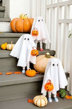9 last-minute Halloween party hacks: DIY frozen hand punch, pumpkin bowling and mummy snacks Dry Ice Halloween, Sac Halloween, Halloween Photos, Halloween Trick Or Treat, Halloween Candy, Halloween Pumpkins, Halloween Crafts, Happy Halloween, Halloween Witches